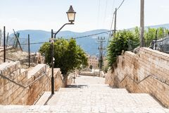 A escadaria que conduz para baixo nos artistas divide na cidade velha de Safed fotografia de stock royalty free