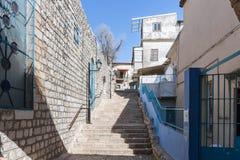 A escadaria que conduz para cima no quarto judaico na cidade velha de Safed imagem de stock royalty free