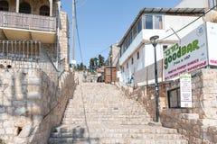 A escadaria que conduz para cima nos artistas divide na cidade velha de Safed foto de stock