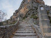 Escadaria que conduz a uma capela foto de stock