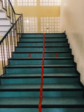 Escadaria que a linha vermelha a dividir-se em duas pistas imagem de stock