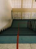 Escadaria que a linha vermelha a dividir-se em duas pistas imagem de stock royalty free