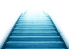 Escadaria que vai acima à luz branca Fotografia de Stock Royalty Free