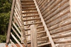 Escadaria quebrada rústica de madeira ao segundo andar de uma casa de madeira de uma casa de log Foto de Stock Royalty Free