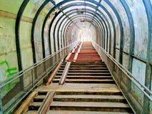 A escadaria quebrada velha conduz fotografia de stock
