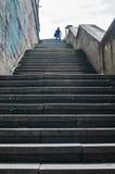 Escadaria urbana que vão acima e silhueta humana Fotografia de Stock Royalty Free