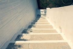Escadaria velha branca A antiguidade pisa conduzindo ao lugar natural em Corfu Grécia Vila antiga com escadas Arquitetura grega g Fotografia de Stock Royalty Free