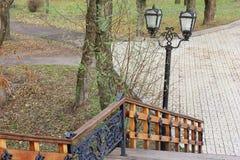 Escadaria velha Escadaria de madeira velha com elementos do ferro forjado fotos de stock royalty free