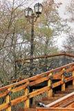 Escadaria velha Escadaria de madeira velha com elementos do ferro forjado Escada velha no parque Cidade Chernigov history foto de stock
