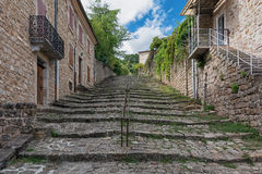 Escadaria velha na cidade de Largentiere foto de stock royalty free