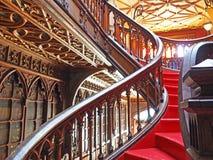 Escadaria vermelha em uma livraria, Porto, Portugal foto de stock
