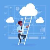 Escadas afro-americanos de Climb Up Ladder do homem de negócios, nuvens do céu do homem de negócio do conceito ilustração stock