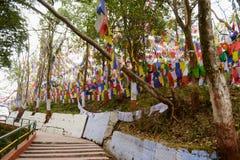 Escadas ao templo de Mahakal ao longo dos glags coloridos do buddhism Foto de Stock Royalty Free