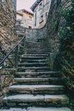 Escadas ascendentes de pedra em uma vila medieval fotografia de stock royalty free