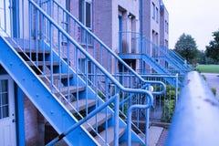 Escadas azuis da entrada da construção do metal no campus universitário foto de stock