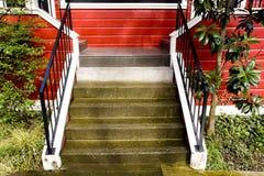 Escadas, casa vermelha Imagens de Stock