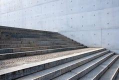 Escadas cinzentas na frente de uma parede fotografia de stock royalty free