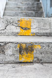 Escadas com linha amarela Fotos de Stock Royalty Free