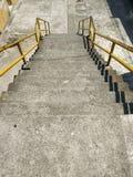 Escadas com trilhos amarelos trânsito Foto de Stock Royalty Free