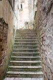 Escadas concretas na cidade velha de Kotor imagem de stock