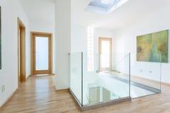 Escadas, corrimão de vidro e portas no corredor moderno fotografia de stock royalty free