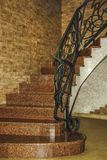 Escadas curvadas acima com trilhos forjados Projeto da escada imagens de stock royalty free