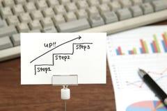 Escadas da escrita que dirigem para cima com a seta no papel Conceito do sucesso comercial e ideia do crescimento Fotos de Stock Royalty Free