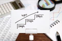 Escadas da escrita que dirigem para cima com a seta no papel Conceito do sucesso comercial e ideia do crescimento Fotografia de Stock Royalty Free