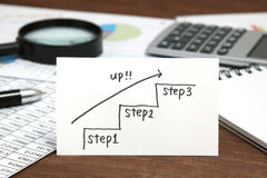 Escadas da escrita que dirigem para cima com a seta no papel Conceito do sucesso comercial e ideia do crescimento Imagens de Stock