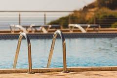 Escadas da piscina, etapas em Dona Ana Beach Lagos, Portugal imagem de stock
