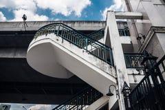 Escadas da vista inferior ao apoio da ponte contra um bl Fotografia de Stock
