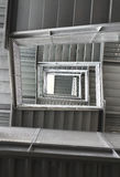 Escadas dadas forma quadrado em um prédio de escritórios Imagens de Stock