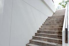 Escadas de aço inoxidável e trilhos imagem de stock