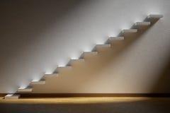 Escadas de ascensão da escadaria de aumentação na sala vazia escura com lig Fotografia de Stock Royalty Free