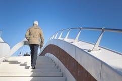Escadas de escalada da mulher Fotos de Stock Royalty Free
