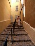 Escadas de escalada da mulher fotografia de stock royalty free