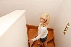 Escadas de escalada da mulher nova Fotos de Stock Royalty Free