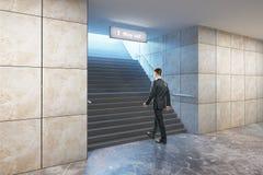 Escadas de escalada do sucesso do empresário Imagens de Stock