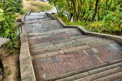 Escadas de mármore no parque fotos de stock royalty free