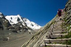 Escadas de madeira à geleira de Grossglockner, alpes Fotografia de Stock Royalty Free