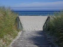 Escadas de madeira à praia entre as dunas Fotos de Stock