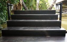 Escadas de madeira bonitas no céu azul fotografia de stock royalty free