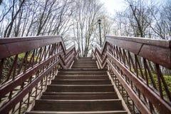Escadas de madeira bonitas no céu azul imagem de stock
