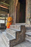 Escadas de madeira cinzeladas antigas até a sala de armazenamento onde os manuscritos de Pali são mantidos em Wat Mahathat Temple fotografia de stock