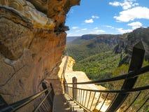 Escadas de madeira na fuga de caminhada ao longo do penhasco com Mountain View bonito de Wentworth Falls, Novo Gales do Sul, Aust fotos de stock