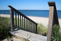 Escadas de madeira a Oceano Atlântico fotografia de stock royalty free