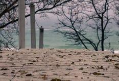 Escadas de madeira para baixo à praia fotografia de stock royalty free