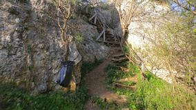 Escadas de madeira perigosas em um trajeto do eco video estoque