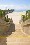 Escadas de madeira que conduzem ao oceano. Imagens de Stock