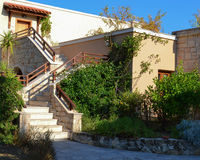Escadas de pedra com trilhos e voltas entre a vegetação Fotografia de Stock